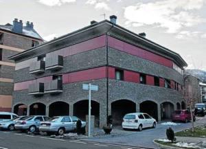 L'edifici de Rialp amb els pisos que es llogaran a 1 euro (foto: ACN)