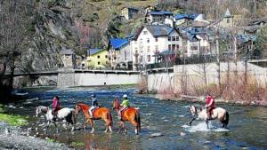 Excursió a cavall per la Noguera Pallaresa a l'altura de Llavorsí (foto: ACN)