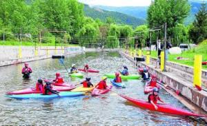 Abans de practicar al riu, els escolars aprenen algunes tècniques en un tram d'aigua tancat (foto: Marta Lluvich/ACN)