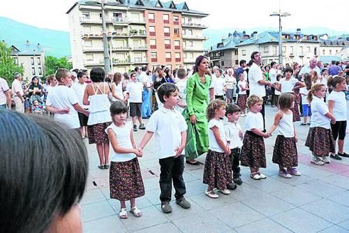 Un grup de nens, durant el ball de rigodons
