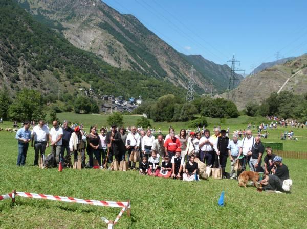 Foto de família dels participants en el concurs, acompanyats de les autoritats que van assistir al campionat (Foto: Ajuntament de Llavorsí)