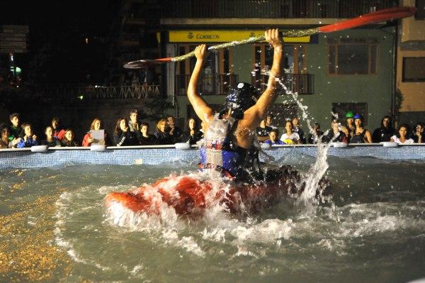 Uno de los piragüistas participantes en la competición sujeta el remo en medio de una gran expectación (foto: Ajuntament de Sort)