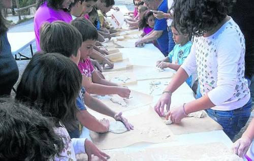 Alguns dels nens i nenes assistents al taller d'elaboració de pa ahir a Llessui (foto: Ajuntament de Sort)
