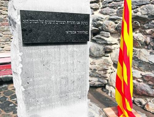 «Tornem al record pels vells passos d'aquest camí», llegim al monòlit (foto: Òscar Mirón/SEGRE)