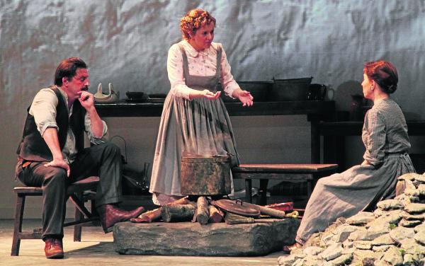 """La versió teatral de la novel·la de Maria Barbal """"Pedra de tartera"""" es va estrenar el 2011 de la mà del TNC i El Celler d'Espectacles (foto: TNC)"""