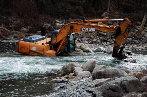 Una màquina excavadora resitua les pedres que van ser arrossegades per les riuades (foto: ACN)
